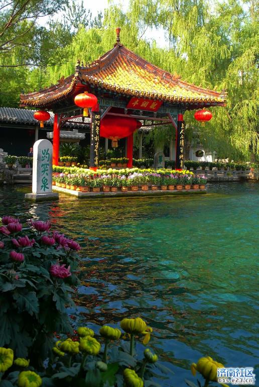 """1,趵突泉,济南七十二名泉之首,号称""""天下第一泉"""";2,大明湖,是由众泉汇"""