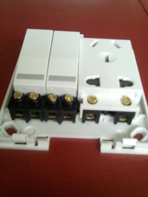一个排气扇开关一个电灯开关一个一个插座有三根线接?