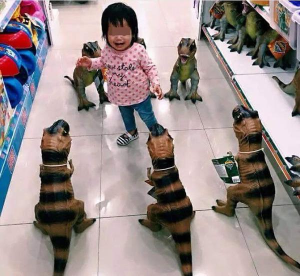 在侏罗纪商城,一位父亲这样对付自己的女儿。。。