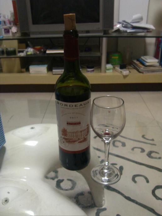 一个人在家喝红酒,味道涩涩的.对于红酒就知道要看年份,红图片