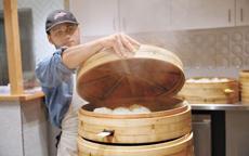 中国包子风靡北美:老外赞不绝口一口气吃4个
