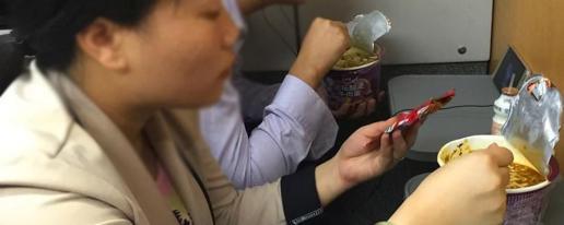 一碗泡面引发热议,高铁上该不该吃泡面?