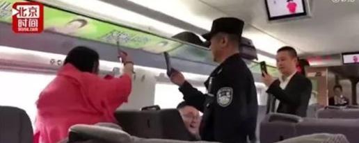 女子高铁上大声直播惹众怒  飙日语怼乘警