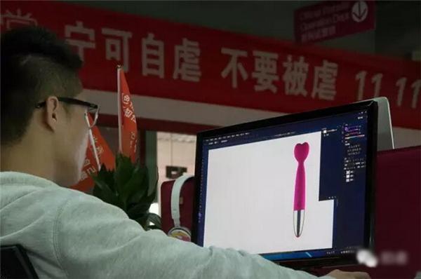 """师为新产品设计推广海报,办公室的墙上悬挂着备战""""双十一""""的创意标语."""