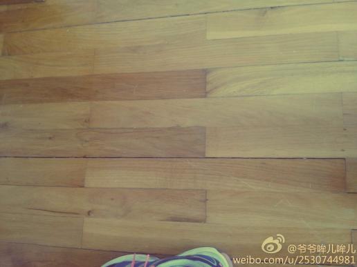 请问,老式的实木地板出现裂痕了,有翻新的办法吗?换?