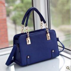 深蓝色的包包要配什么颜色的衣服呢才好看?