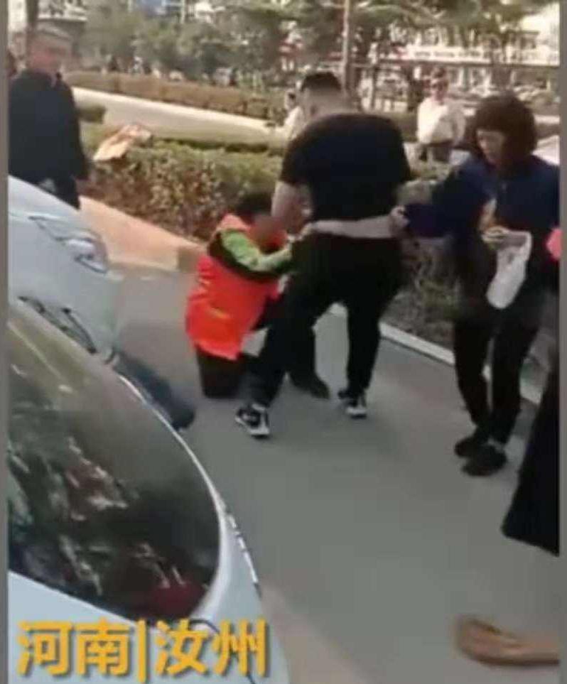 6旬环卫工工人因劝阻小孩不要随地大便,遭小孩父母辱骂殴打!