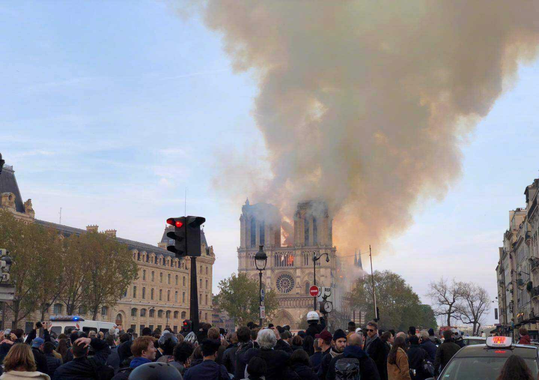 巴黎圣母院塔尖烧塌,对于法国它意味着什么?