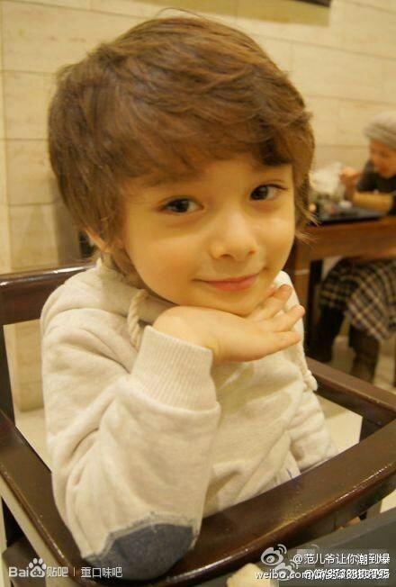 我想知道这个小男孩的名字叫什么?有谁知道吗?