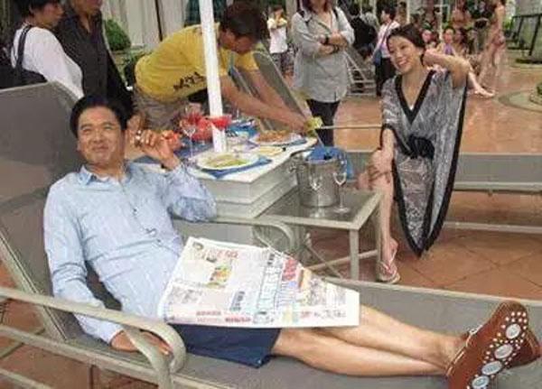 62岁周润发裸捐56亿:人活到极致,一定是素与简